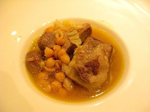 塩漬けのイベリコ豚バラ肉で更なる味を引き出す!「イベリコ豚バラ肉とソーセージとひよこ豆の煮込み・フォアグラ添え」